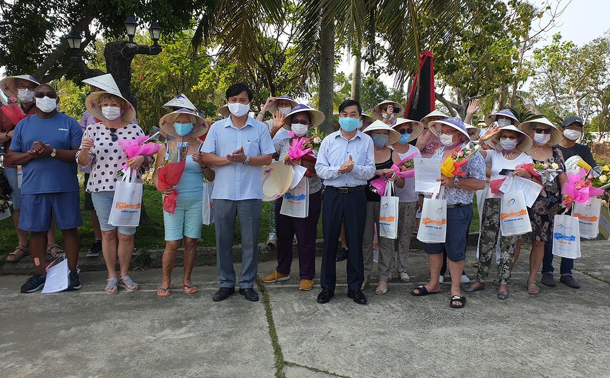 Nhà chức trách Thừa Thiên Huế trao giấy chứng nhận và tặng quà cho du khách. Ảnh: Võ Thạnh.