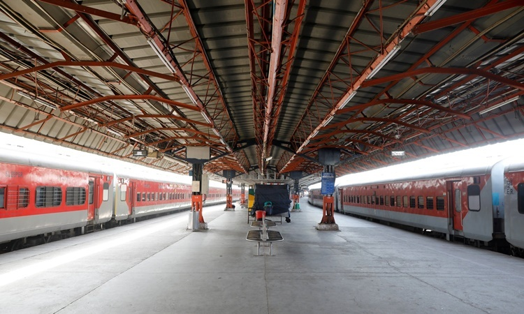 Một nhà ga xe lửa ở thủ đô New Delhi, Ấn Độ. Ảnh: Reuters.