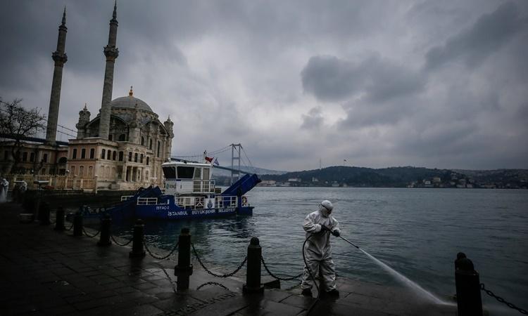 Nhân viên y tế phun chất khử khuẩn ở Istanbul, Thổ Nhĩ Kỳ. Ảnh: AP.