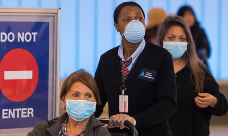 Hành khách đeo khẩu trang phòng dịch tại sân bay quốc tế Los Angeles ở bang California, Mỹ hôm 5/3. Ảnh: AFP.