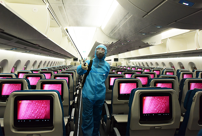 Phun khử trùng trên máy bay Vietnam Airlines ngày 24/3. Ảnh: Giang Huy.