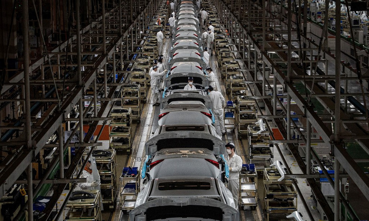 Dây chuyền sản xuất ôtô tại một nhà máy ở Vũ Hán hôm 23/3. Ảnh: AFP.