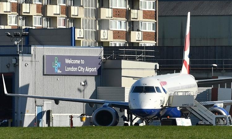 Một máy bay trên đường băng sân bay Thành phố London ngày 25/3. Ảnh: AFP.