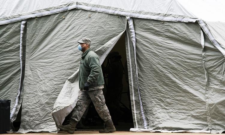 Lính không quân Mỹ tại chiếc lều được sử dụng làm nhà xác tạm thời bên ngoài bệnh việnBellevue ở New York ngày 25/3. Ảnh: AFP.