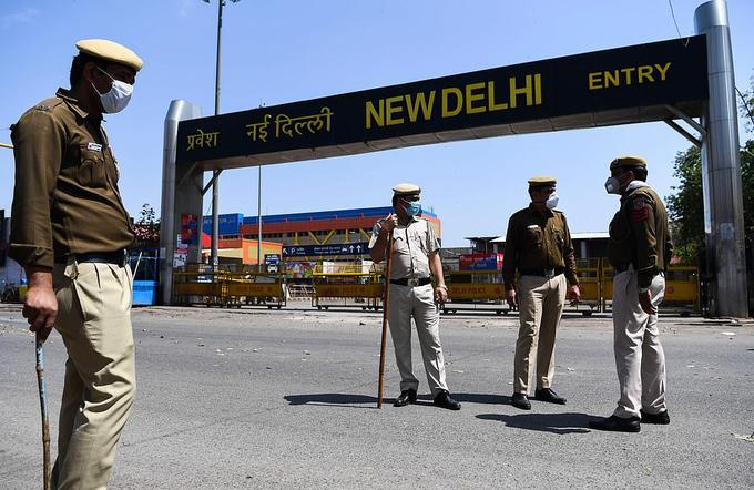 Ấn Độ phạt ngồi xổm, roi người vi phạm phong toả