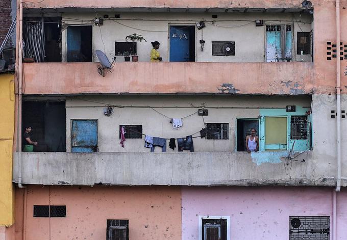 Ấn Độ phạt ngồi xổm, đánh roi người vi phạm phong toả