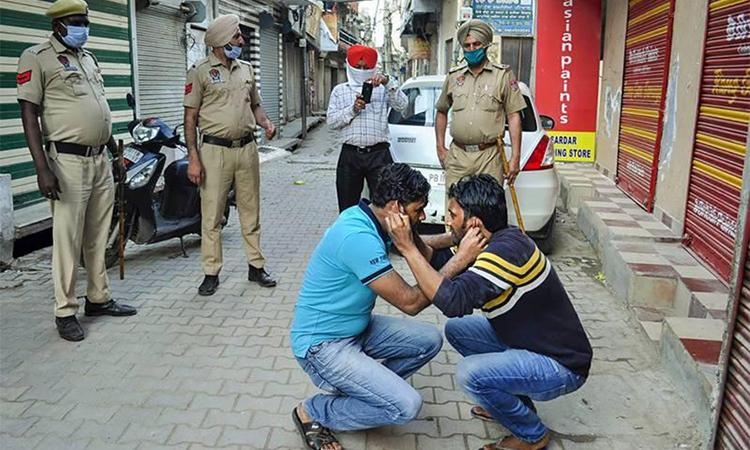 Ấn Độ phạt ngồi xổm, đánh roi người vi phạm phong toả - VnExpress