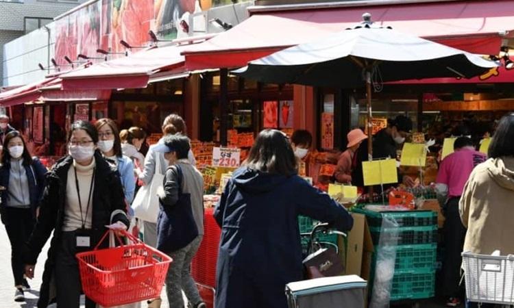 Người Tokyo chen chúc mua sắm - ảnh 1
