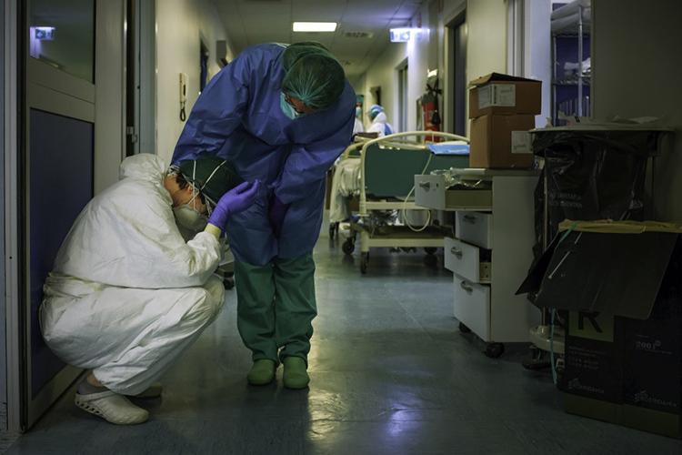 Hơn 40 y bác sĩ Italy chết vì nCoV - ảnh 1