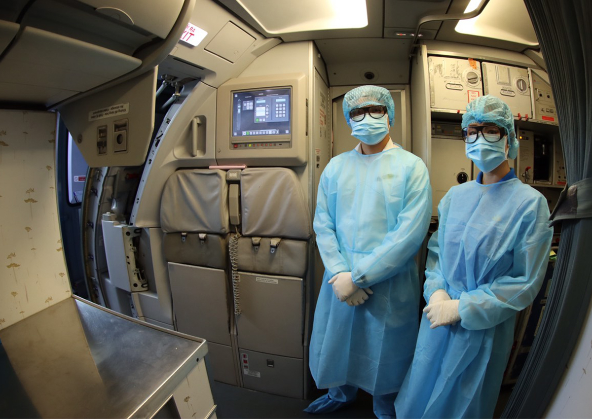 Tiếp viên trưởng Bùi Hoàng Tuấn Anh (bên trái) cùng đồng nghiệp trên chuyến bay. Ảnh: NVCC.