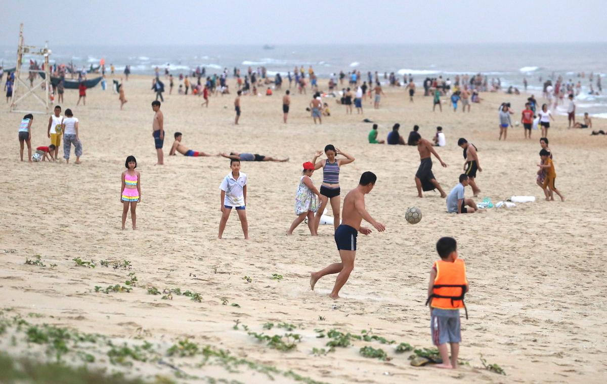 Bất chấp lệnh cấm, cả nghìn người vẫn tắm biển ở Quảng Nam