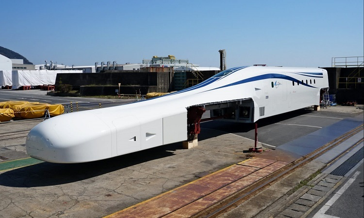 Nguyên mẫu tàu siêu tốc mới có thiết kế khí động học. Ảnh: Nikkei.