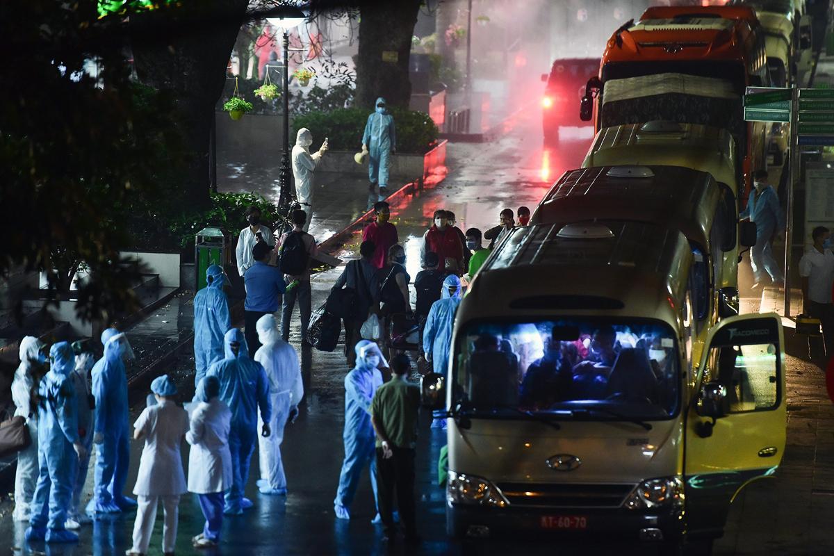 Tối 28/2, nhiều người liên quan đến ổ dịch Bạch Mai được đưa đi cách ly tập trung. Ảnh: Giang Huy.
