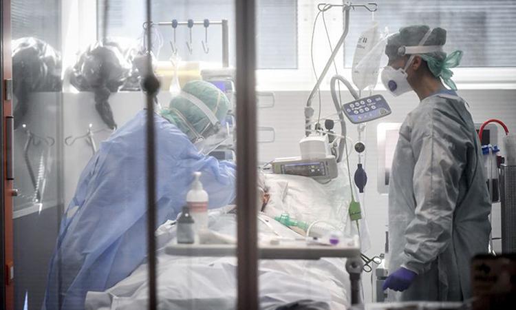 [Nhân viên y tế chăm sóc bệnh nhân Covid-19 tại bệnh viện ở thành phố Brescia hôm 19/3. Ảnh: AP.