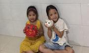 Hai bé gái ủng hộ tiền chống dịch