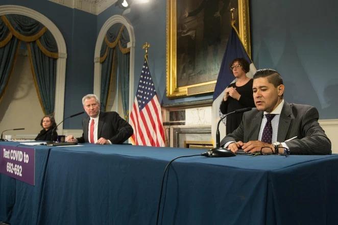Richard Carranza, Giám đốc Sở Giáo dục New York (ngoài cùng bên trái) phát biểu trong một cuộc họp báo về Covid-19. Ảnh: William Farrington.