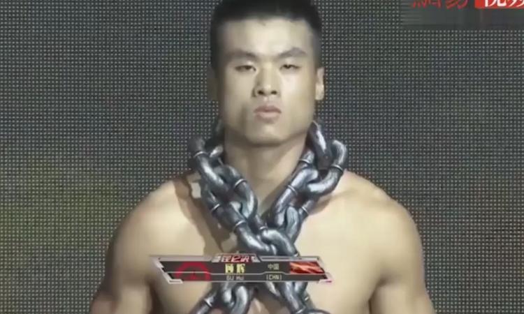 Mang 100 kg xích sắt thị uy, võ sĩ Trung Quốc vẫn bị đánh te tua -