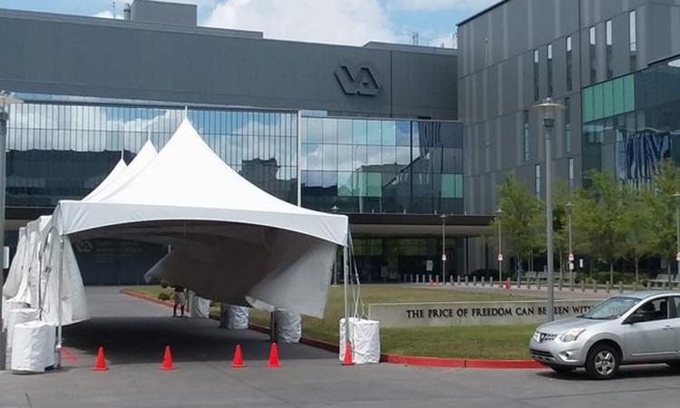 Những chiếc lều được dựng để xét nghiệm nCoV bên ngoài một bệnh viện ở New Orleans hôm 24/3. Ảnh: Washington Times.