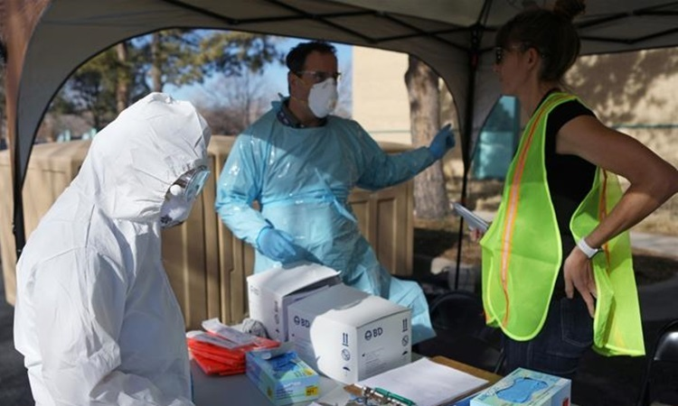 Nhân viên y tế Mỹ chuẩn bị điểm xét nghiệm nCoV cho người dân tại bang Colorado hôm 13/3. Ảnh: Reuters.