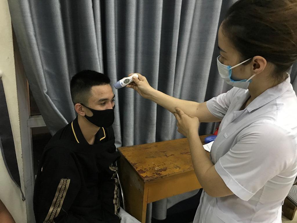 Những người được đưa về khu tập trung được kiểm tra sức khỏe. Ảnh: Minh Cương