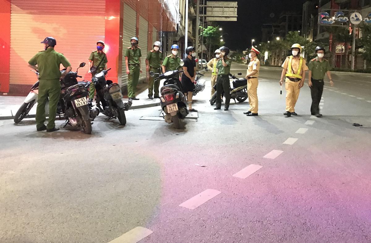 Lực lượng chức năng TP Hạ Long lập chốt trên đường phố. Ảnh: Minh Cương