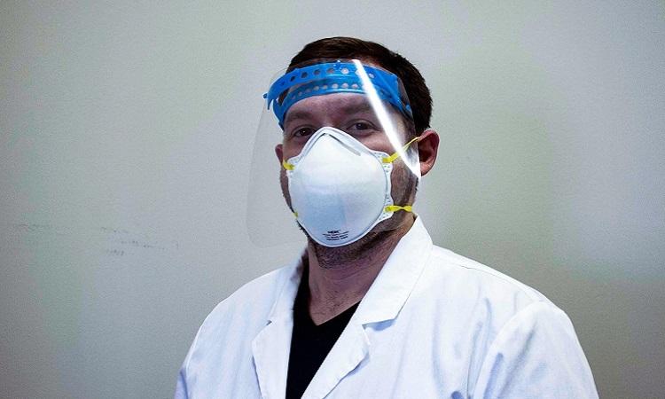 David Walker đeo tấm chắn bảo vệ mặt. Ảnh: Sci Tech Daily.