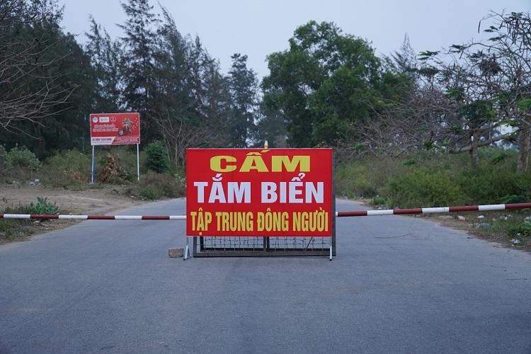 Bãi biển Nha Trang đông nghịt người - ảnh 3