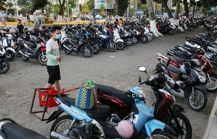 Bãi biển Nha Trang đông nghịt người - ảnh 2