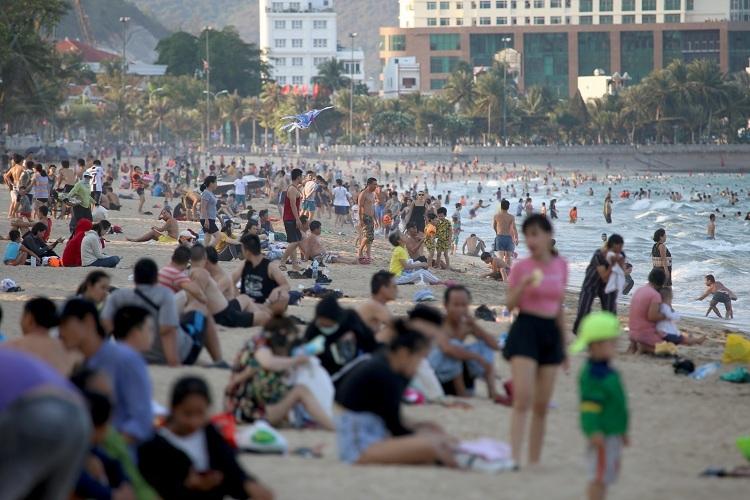 Bãi biển Nha Trang đông nghịt người - ảnh 1