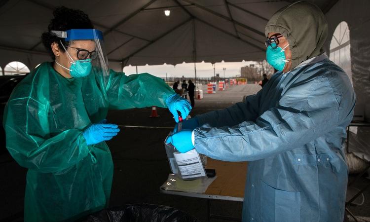 Nhân viên y tế đóng gói mẫu tại một điểm xét nghiệm ở thành phố New York hôm 28/3. Ảnh: AFP.