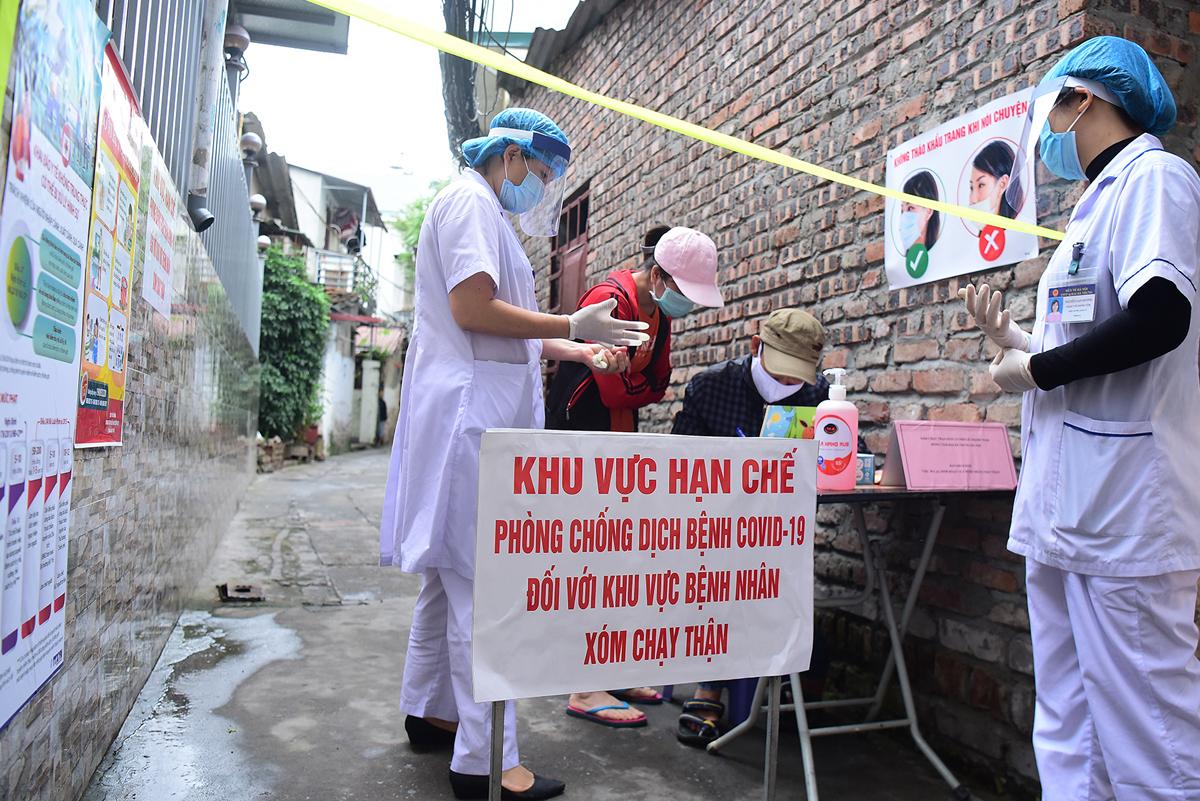 Hà Nội lập chốt ở xóm chạy thận Bạch Mai -