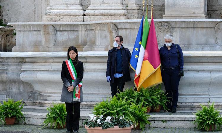 Thị trưởng RomeVirginia Raggi trong phút mặc niệm nạn nhân nCoV bên ngoài tòa thị chính Rome, Italy hôm nay. Ảnh: AFP.