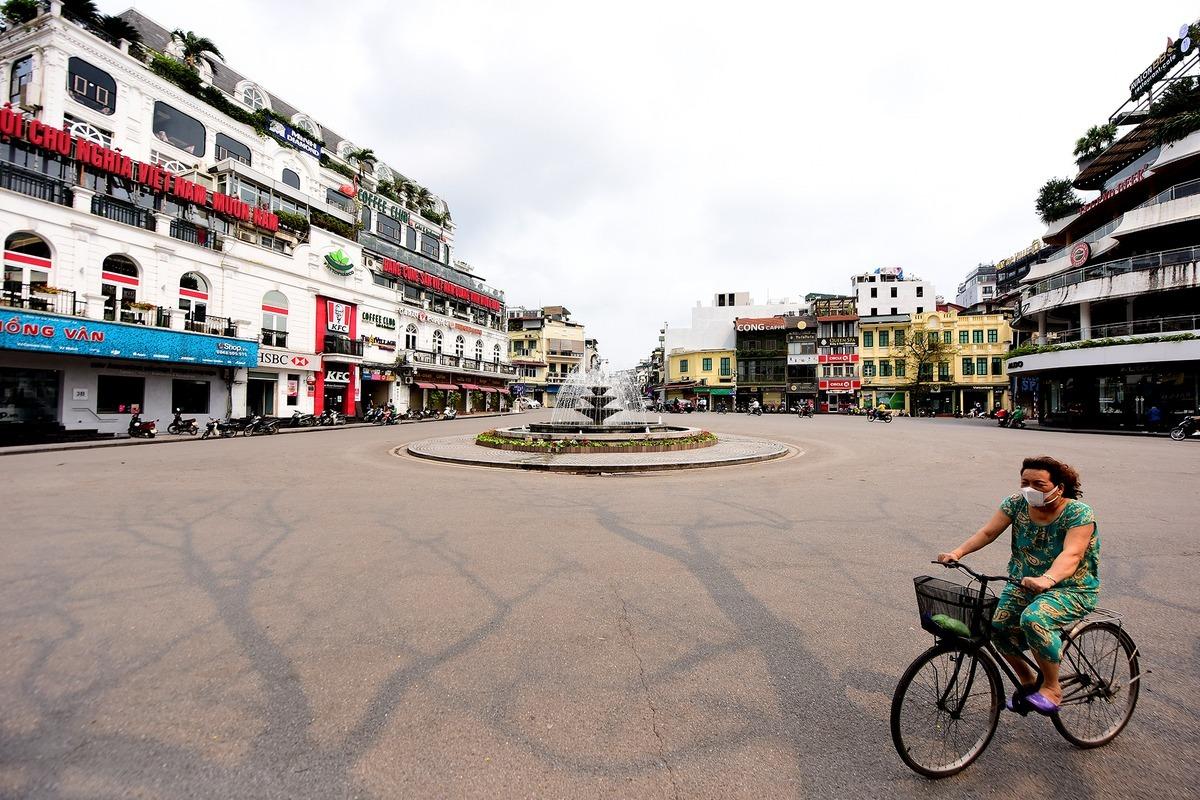 Dù chưa có lệnh phong toả, nhưng nhiều tuyến phố ở thủ đô Hà Nội nhiều ngày qua đã vắng người đi lại. Ảnh: Giang Huy