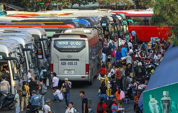 Toàn bộ xe khách từ TP HCM đi các tỉnh và ngược lại phải dừng hoạt động từ ngày mai. Ảnh: Quỳnh Trần