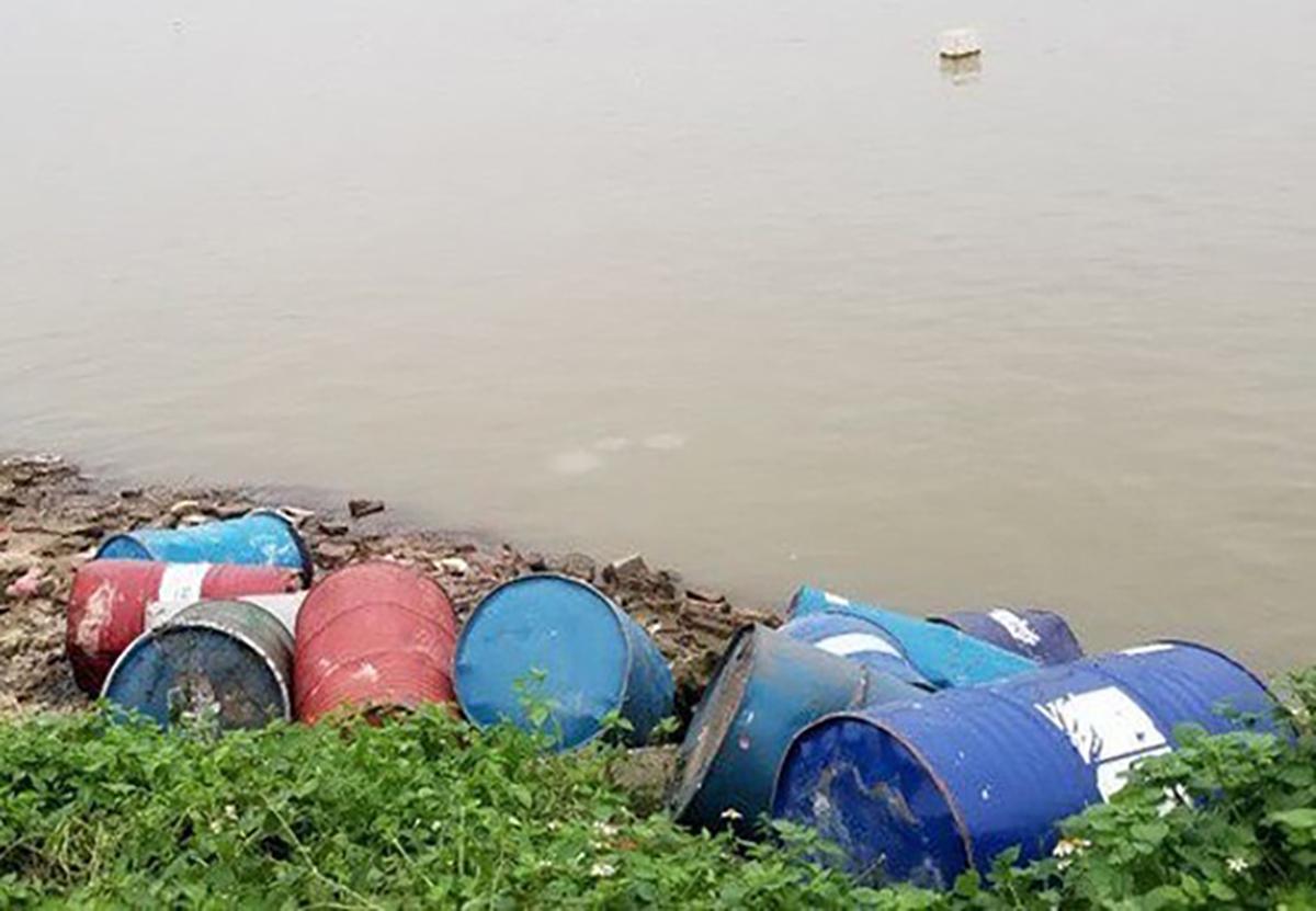 Đổ 14 thùng chất độc hại xuống sông Hồng - ảnh 2