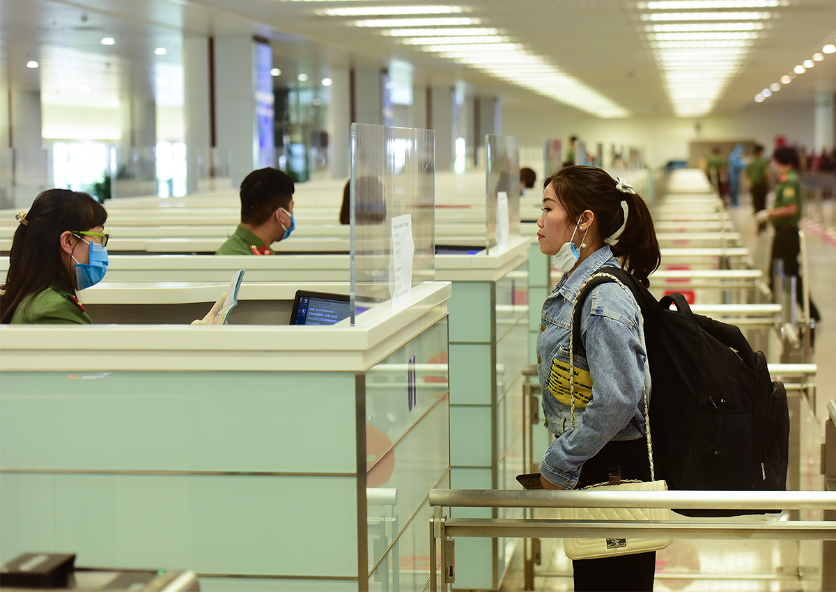 Hành khách Việt Nam nhập cảnh tại sân bay Nội Bài. Ảnh: Giang Huy.
