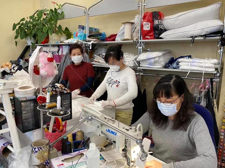 Nhóm phụ nữ Việt tại Berlin may khẩu trang vải tặng bệnh viện và các trung tâm điều dưỡng. Ảnh: Thế Sáng