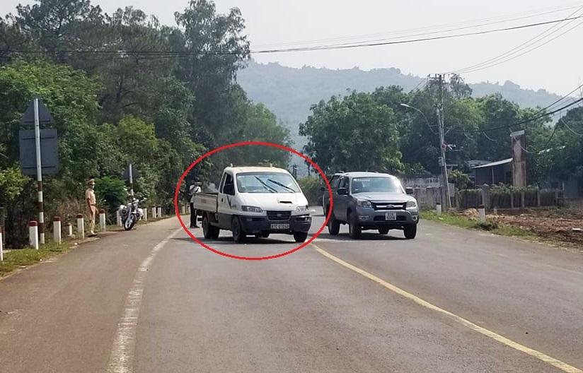 Cướp ôtô, đánh cảnh sát để trốn cách ly - ảnh 1