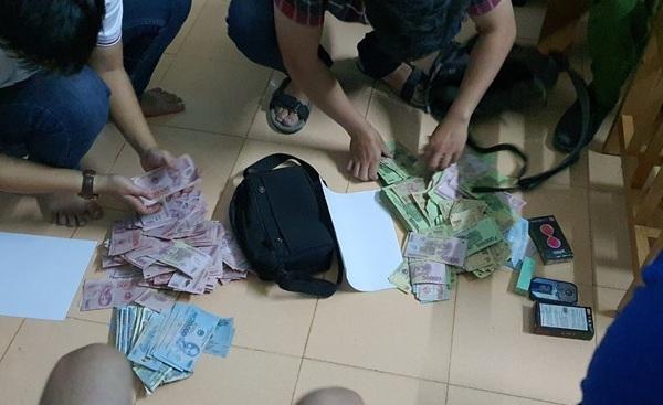 Cảnh sát kiểm đếm hơn 160 triệu đồng sau vụ cướp. Ảnh: Công an cung cấp.