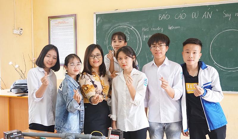 Cô Phượng bên những học sinh của mình tại trường THPT Hương Cần. Ảnh: Nhân vật cung cấp.