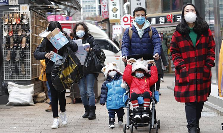 Người dân đeo khẩu trang trên đường phố Seoul, Hàn Quốc hôm 28/1. Ảnh: AP.