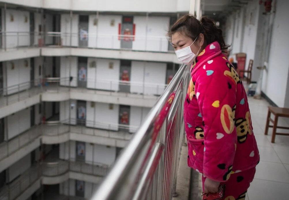 Một người khỏi nCoV chờ đợi được xuất viện sau khi hoàn thành 14 ngày cách ly ở một trung tâm phục hồi chức năng tại thành phố Vũ Hán, Trung Quốc. Ảnh: Xinhua.