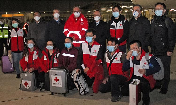 Nhân viên y tế Trung Quốc chụp ảnh lưu niệm hôm 13/3 sau khi đến Rome, Italy để hỗ trợ ứng phó Covid-19. Ảnh: AFP