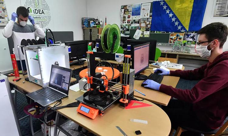 Máy in 3D sản xuất tấm chắn mặt tại Đại họcZenica. Ảnh: AFP.