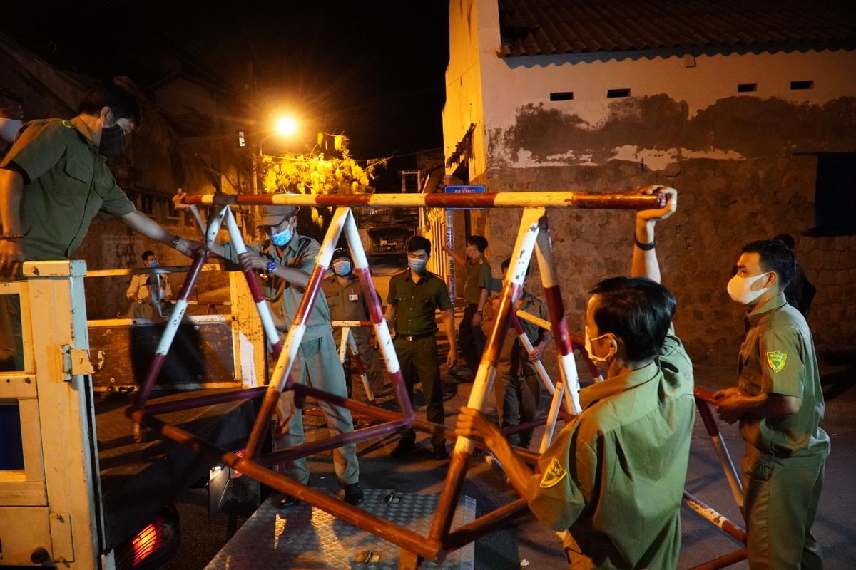 Công an khiêng barie lên xe, giải tỏa khu cách ly ở phường Đức Thắng, đêm 4/3. Ảnh: Việt Quốc.