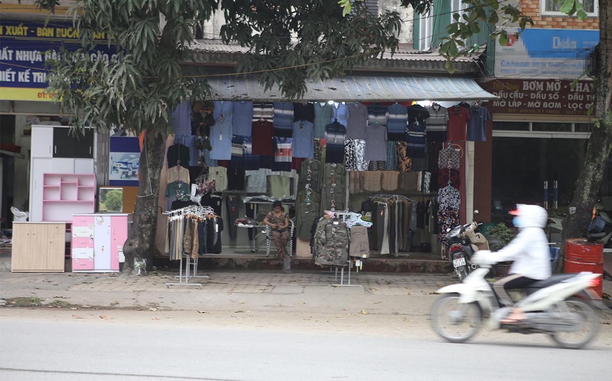 Nhiều cửa hàng bày bán trên đường thành phố Vinh chiều 3/4. Ảnh: Nguyễn Hải.