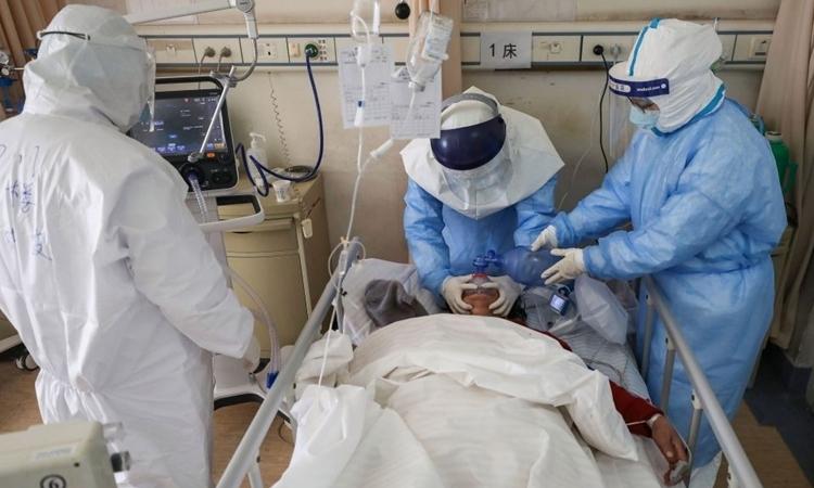 Nhân viên y tế chăm sóc cho bệnh nhân ở Vũ Hán ngày 16/2. Ảnh: Reuters.