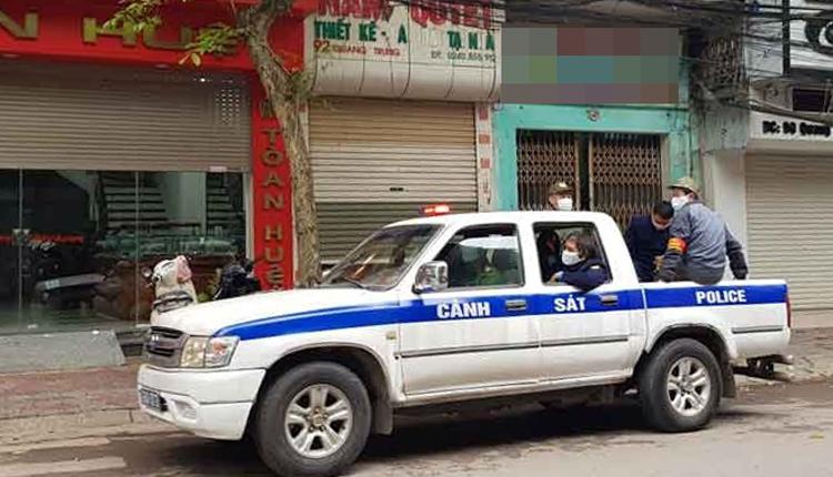 Tổ công tác thuộc UBND thành phố Bắc Giang tuần tra, tuyên truyền phòng chống dịch. Ảnh: Báo Bắc Giang