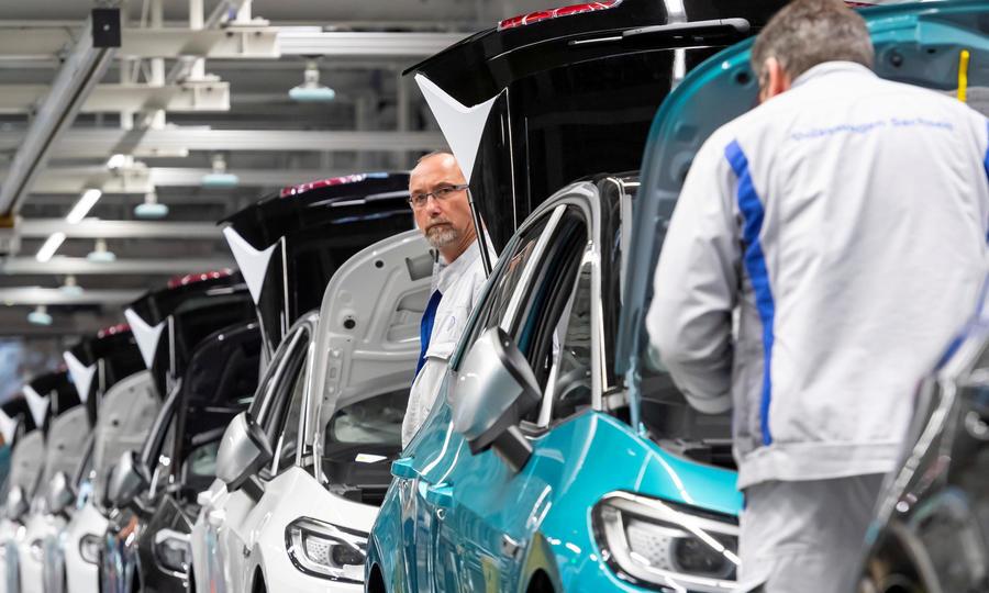 Công nhân làm việc tại dây chuyền sản xuất xe điện Volkswagen ID.3 ở Zwickau, Đức, hôm 25/2. Ảnh: Reuters