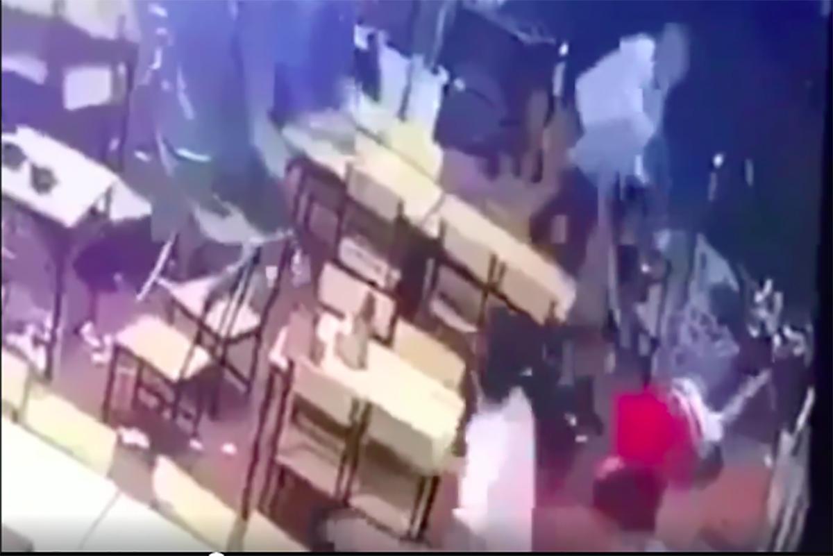 Lê Thanh Trung bị chém nằm gục dưới nền nhà. Ảnh cắt từ video